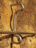 Manera de los escaladores Planche la cuerda torcida fijada en bloque por los ganchos rápidos de los tornillos El extremo de la cu Imagen de archivo libre de regalías