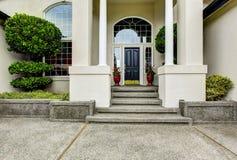Manera de lujo de la entrada de la casa exterior con el pórtico concreto del piso Imagen de archivo libre de regalías