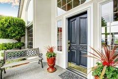 Manera de lujo de la entrada de la casa exterior con el pórtico concreto del piso Imagen de archivo