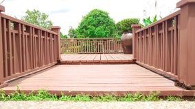 Manera de madera del paseo con el paisaje del jardín Imagen de archivo