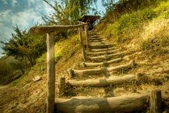 Manera de madera de la escalera en hierba a la colina Fotos de archivo