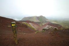 Manera de montar el cráter de Tarawera después de lluvia Imagen de archivo libre de regalías