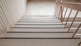 Manera de piedra de las escaleras abajo en el edificio Foto de archivo libre de regalías