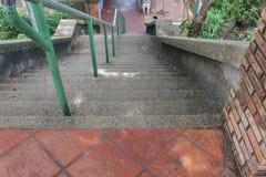 Manera de piedra del paso de la escalera abajo Foto de archivo