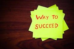 Manera de tener éxito en nota pegajosa amarilla Imagen de archivo