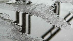 Manera del asfalto después de la lluvia almacen de metraje de vídeo