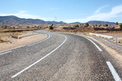 Manera del asfalto en terreno de la montaña Fotos de archivo