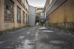 Manera del callejón de una fábrica abandonada Fotografía de archivo libre de regalías