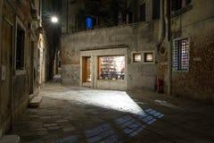 Manera del callejón en la noche en Venecia Foto de archivo libre de regalías