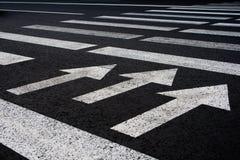 Manera del paseo del tráfico de la cebra con el fondo de las flechas foto de archivo libre de regalías