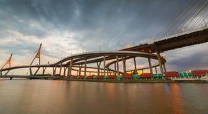 Manera del puente y de la inundación del río Imagen de archivo