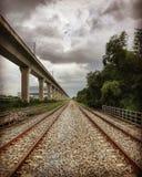 Manera del tren de cielo y manera del tren de la tierra imagenes de archivo