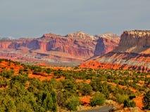 Manera escénica un camino del parque en el parque nacional del filón del capitolio, Utah, los E.E.U.U. Foto de archivo
