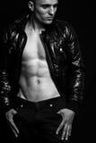 Manera - hombre atractivo hermoso con el abdomen agradable Imagen de archivo