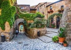 Manera idílica del callejón en el civita di Bagnoregio, Lazio, Italia Imágenes de archivo libres de regalías