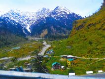 Manera a las montañas azules y blancas fotografía de archivo libre de regalías