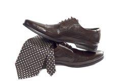 Manera masculina con los zapatos y el lazo en blanco Imagen de archivo libre de regalías