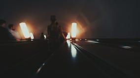 Manera melancólica de la escalera móvil abajo en metro Fotos de archivo