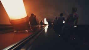 Manera oscura de la escalera móvil abajo en metro Imagenes de archivo