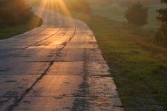 Manera para arriba en la madrugada luces de un sol Imágenes de archivo libres de regalías