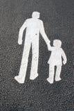 Manera para los peatones - engendre con el niño - firme en el asfalto Fotografía de archivo