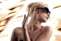 Manera tirada de mujer rubia con las gafas de sol foto de archivo