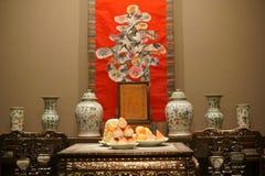 Manera tradicional china de celebrar cumpleaños En la tabla son los melocotones En la pared es el  de Longevity†del  del †d Fotos de archivo