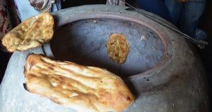 Manera tradicional de Azerbaijan de pan del lavash de la hornada en un horno imagen de archivo libre de regalías