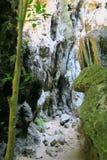 Manera a través de las rocas, caminando en el parque nacional del ROI Yot de Khao Sam Imagen de archivo libre de regalías