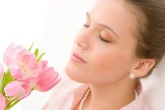 Manera - tulipanes románticos jovenes del resorte del olor de la mujer Foto de archivo libre de regalías
