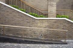 Manera y escalera del paseo con el fondo de la pared de ladrillo Fotos de archivo