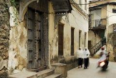 Maneras de piedra del callejón de la ciudad en la isla de Zanzibar Foto de archivo libre de regalías