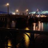 Manes överbryggar och det Prague slottet på natten Arkivfoto