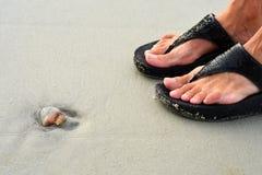 Manet och sandaler på Hilton Head Island Beach royaltyfria bilder