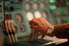 Maneta de los asimientos del ingeniero de vuelo de la válvula reguladora imagen de archivo