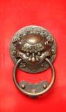 Maneta de puerta china con un guarda del león Fotos de archivo