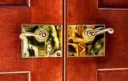 Maneta de puerta de cobre amarillo Imagenes de archivo
