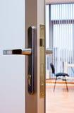 Maneta de puerta en oficina Imagenes de archivo