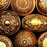 Manetas de puerta de cobre amarillo adornadas de la vendimia Imágenes de archivo libres de regalías