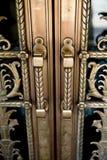 Manetas de puerta de la vendimia en puertas decorativas Imágenes de archivo libres de regalías