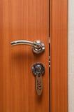 Manetas y clave de puerta en ojo de la cerradura imagen de archivo libre de regalías