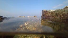 Manetsimning vid havet arkivfilmer