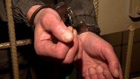 Manette d'uso di un prigioniero stock footage