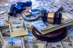 Manette e martelletto del giudice, pistola e soldi Fotografie Stock