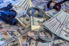 Manette e martelletto del giudice, pistola e soldi Fotografie Stock Libere da Diritti