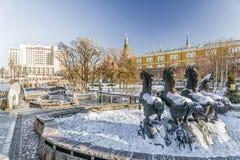 Manezh fyrkant i Moskva Solig dag för vinter arkivbild
