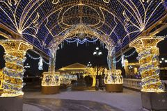 Manezhnayavierkant tijdens Nieuwjaar en Kerstmisvakantie met gloeiende multi-colored boog, Moskou stock afbeelding