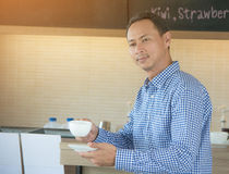 Manföretagsägaren står det utvändiga kafét Arkivfoton