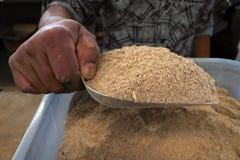 Manförsäljningspulver av pepparväxten rotar van vid jordbruksprodukter en Kava royaltyfri bild