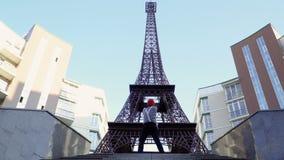 Manfars i röd basker och avriven skjorta har den roliga near Eiffeltorn lager videofilmer